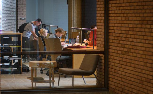 学生在桌子上