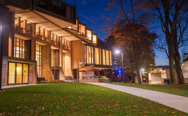 戈达德图书馆门前的夜景