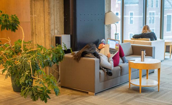 学生躺在沙发上看书