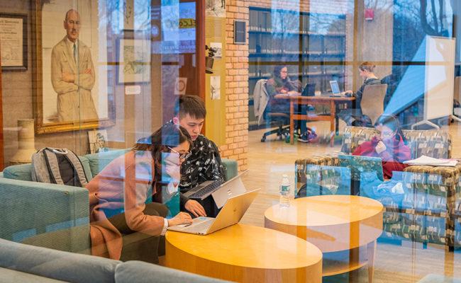 学生在图书馆