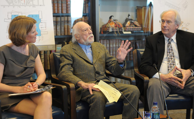 戈达德图书馆建筑师约翰·约翰森与教授谈论他的野兽派设计. Kristina Wilson(左)和学术共享组织建筑师Steven Foote.
